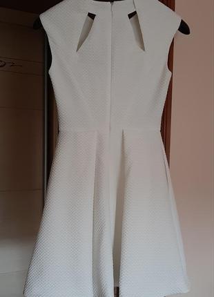 Красивое белое платье с вырезами2 фото