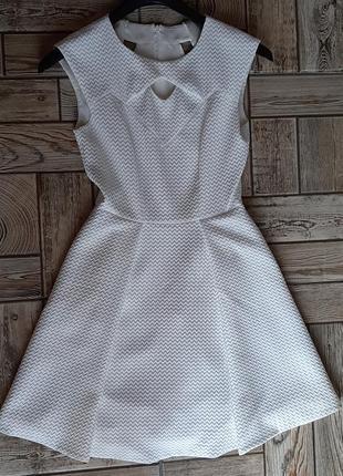 Красивое белое платье с вырезами5 фото