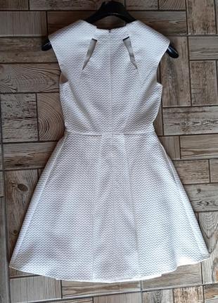 Красивое белое платье с вырезами4 фото