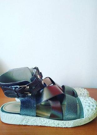 Высокие серебристые босоножки с закрытым носком3 фото