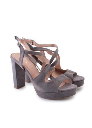 Женские серые замшевые босоножки на каблуке4 фото