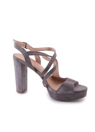 Женские серые замшевые босоножки на каблуке3 фото