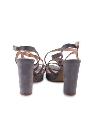 Женские серые замшевые босоножки на каблуке2 фото