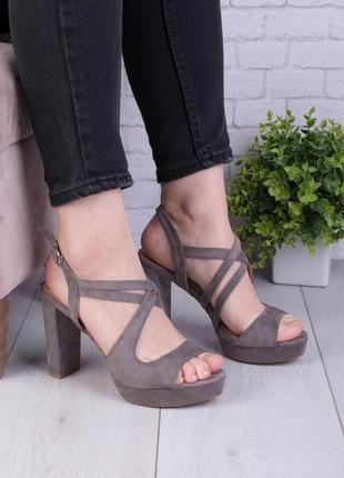 Женские серые замшевые босоножки на каблуке1 фото