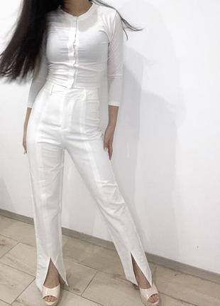 Белые прямые брюки штаны высокая посадка со стрелкой вырезы на ногах4 фото