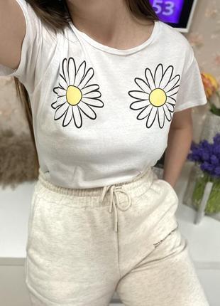 Укороченная  белая футболка с ромашками  brave soul 1+1=3