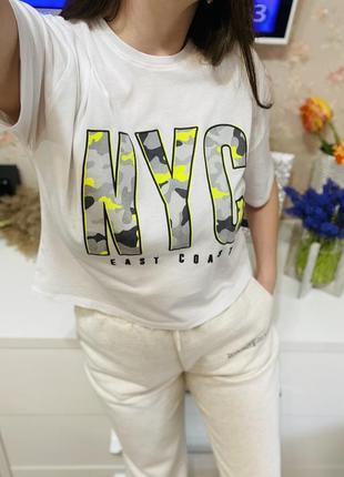 Укорочённая свободная белая футболка с надписью new look 1+1=3