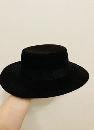 Чорна шляпа тримає форму
