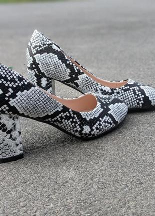 Туфли лодочки женские  на  среднем и удобном каблуке  питоновые очень эффектные