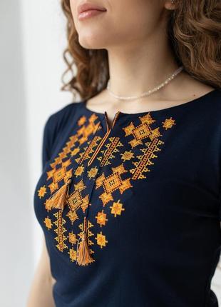 Женская футболка со стильной вышивкой2 фото