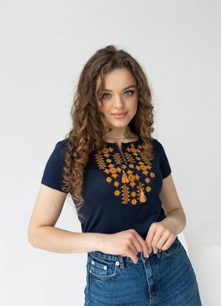Женская футболка со стильной вышивкой