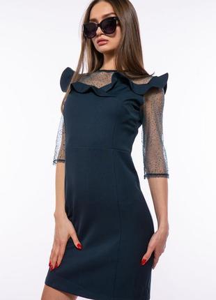 Изумрудное платье в рюшах и с сеткой