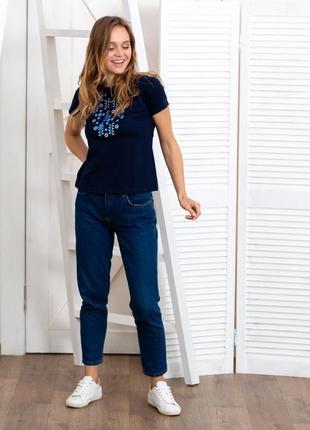 Женская футболка вышиванка с синей вышивкой7 фото