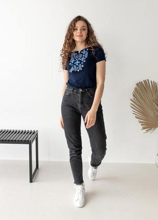 Женская футболка вышиванка с синей вышивкой5 фото