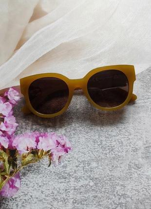 Новые солнцезащитные очки в желтой оправе