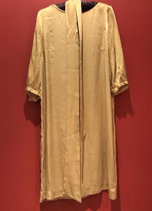 Прямое атласное золотистое-желтое платье с широким поясом