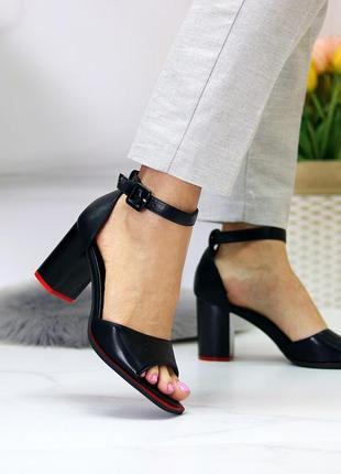 Женские чёрные  босоножки на устойчивом каблуке