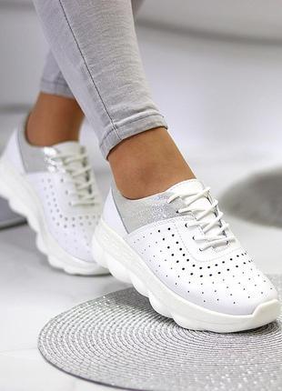 Шикарные женские  кожаные белые кроссовки с перфорацией