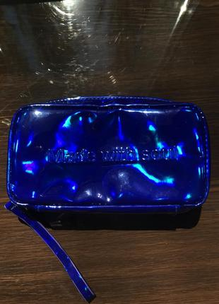 Синяя голографическая косметичка