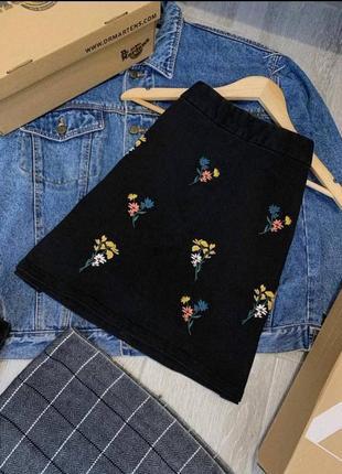Лаконичная джинсовая юбка с цветочной вышивкой а-силуэта
