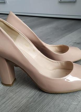 Класичні лаковані туфлі