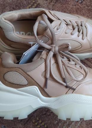 Новые фирменные кроссовки на массивной подошве