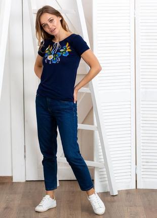 Синяя футболка вышиванка с цветочной вышивкой2 фото