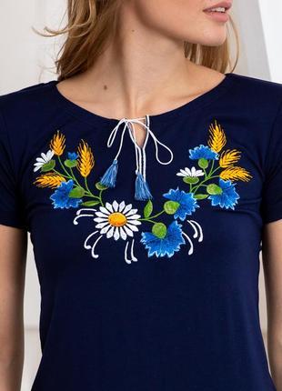 Синяя футболка вышиванка с цветочной вышивкой