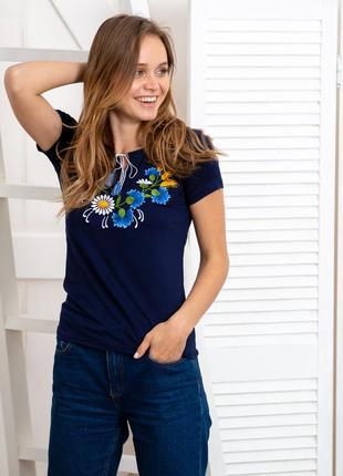 Синяя футболка вышиванка с цветочной вышивкой3 фото