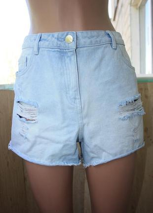 Стильные джинсовые шорты с прорезями
