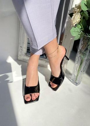 Кожаные стильные шлепанцы на каблуке9 фото
