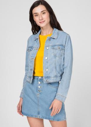 Светло-голубая джинсовая куртка