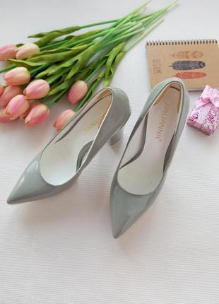 Стильные серые лаковые туфли лодочки на толстой подошве размер 37-37,5