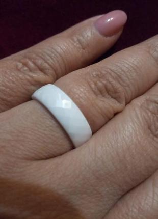 """Кольцо из белой ювелирной керамики """"грани""""4 фото"""
