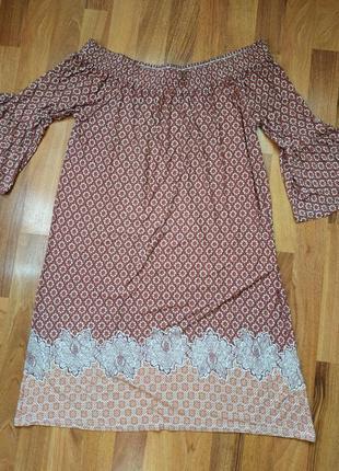 Легкое платье с открытыми плечами