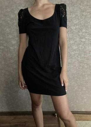 Красивое чёрное платье с коротким рукавом и вставками кружева