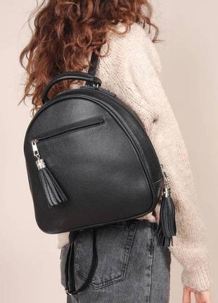 Рюкзак натур кожа, черный с кисточкой, городской стильный повседневный