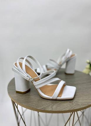 Босоножки женские кожаные белого цвета на каблуке 95292 фото