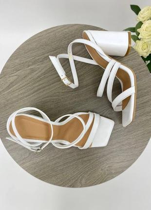 Босоножки женские кожаные белого цвета на каблуке 95291 фото
