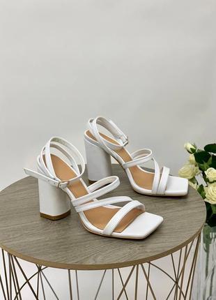 Босоножки женские кожаные белого цвета на каблуке 95293 фото
