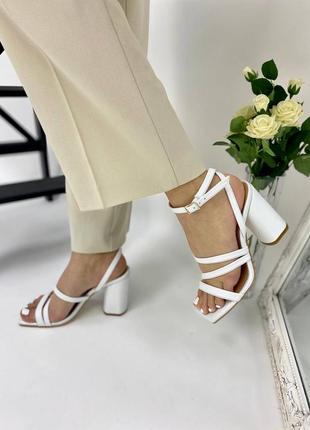 Босоножки женские кожаные белого цвета на каблуке 95297 фото