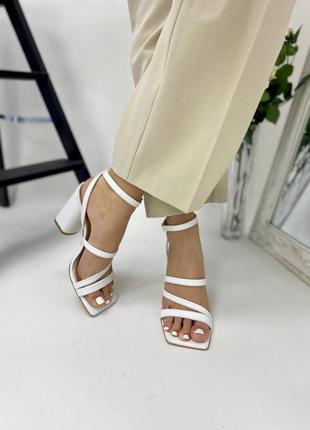 Босоножки женские кожаные белого цвета на каблуке 95299 фото