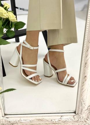 Босоножки женские кожаные белого цвета на каблуке 95298 фото