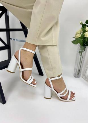 Босоножки женские кожаные белого цвета на каблуке 952910 фото