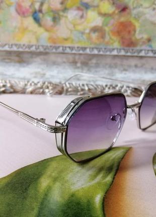Эксклюзивные брендовые солнцезащитные очки в мелаллической оправе