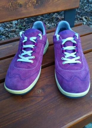 Удобные замшевые кроссовки lowa