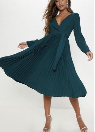 Изумрудное платье плиссе, на запах, с поясом.