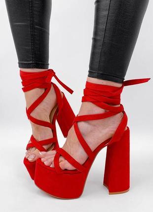Красные босоножки на высоком каблуке с завязками