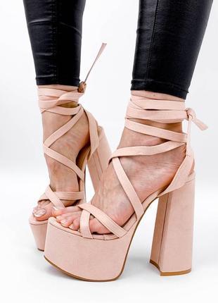 Бежевые босоножки на высоком каблуке с завязками