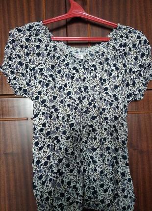 Женская футболка в цветочек с открытыми плечами